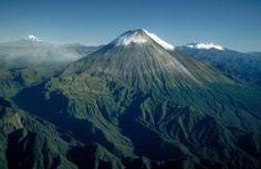 Volcán Sangay entre el Chimborazo y el Altar.  Sangay volcano between Chimborazo volcano and El Altar. Central Ecuadorian Andes
