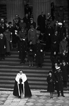 The Queen, Prince Philip, Charles de Gaulle and other dignitaries await the funeral cortege on the steps of St Paul's Cathedral. The Queen has attended the funeral of only two commoners, Churchill's and Margaret Thatcher's. Uk History, History Photos, British History, World History, Margaret Thatcher, Winston Churchill, Elizabeth Ii, Work In Africa, Gaulle