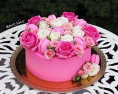 Торт Сникерс, украшен пирожными макаронс и живыми цветами. Автор instagram.com/tort_kmv