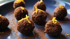 Raw Chocolate and Orange Truffles Raw Chocolate, Chocolate Truffles, Raw Food Recipes, Dessert Recipes, Desserts, Le Cacao, Candied Orange Peel, Kolaci I Torte, C'est Bon