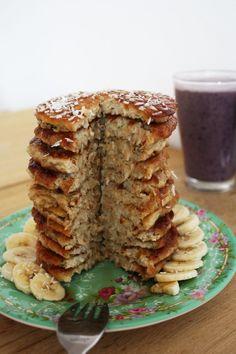 Lækre morgenmadspandekager med kokos. Perfekte med agave- eller ahornsirup, frisk frugt og en smoothie. #pandekager #kokos #vegan #englerod