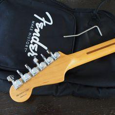 ヘッド背面です。弦交換が容易なロッキングチューナーを備えています。