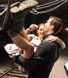 Tobias Eaton (Theo James) and Tris Prior (Shailene Woodley) behind the scenes in Divergent. Divergent Film, Divergent Fandom, Divergent Insurgent Allegiant, Divergent Quotes, Divergent 2014, Theo James, Film D'action, Film Serie, Veronica Roth