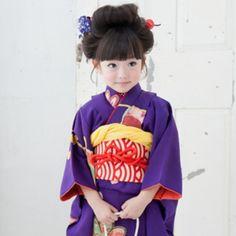 It is a kimono for the celebration of the She is adorable! Traditional Kimono, Traditional Dresses, Japanese Outfits, Japanese Fashion, Japanese Kids, Modern Kimono, Yukata Kimono, Asian Kids, Foto Baby
