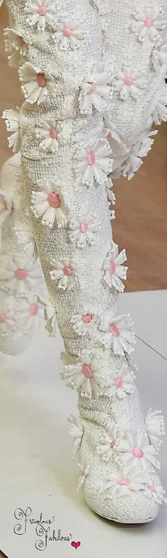 Detailed photos of Emanuel Ungaro Spring / Summer 2016 Lights Please, Little Bo Peep, Gold Fashion, Fashion Shoes, Beaded Sandals, Lovely Legs, Fancy Pants, Spring Summer 2016, Crazy Shoes