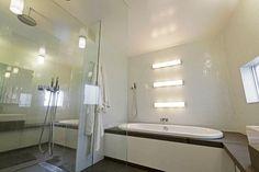 2階、寝室とつながるバスルームはスタイリッシュなインテリア。