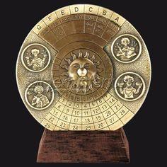 """Perpetual Только вечные календари отвечают основным условием, чтобы разрешить вычет каких-либо существенных данных от каких-либо других данных (год, месяц, неделю и день) .Однако, все аналоговые вечные календари известны едва ли вечным, так как предел их расчетов составляет около 50 лет ,  Наш календарь начинается с 1 января 1600 года и заканчивается 31 декабря, 2799. Она основана на повторяющемся цикле 400 лет и солнечного цикла 28 лет. Он работает с помощью """"вруцелето""""."""