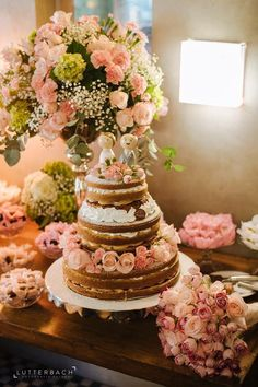 Naked Cake com flores naturais e uma mesa de bolo super romântica. Ideal para um casamento moderninho, intimista e à luz do dia. Bolo e doces por L'Atelier Du Sucre; Clique por Lutterbach Fotografia Autoral Decoração por Museu de Grandes Novidades