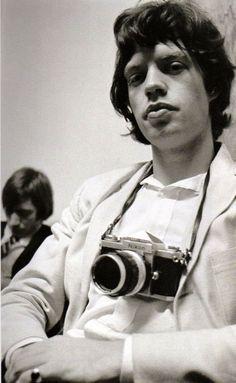 ニコンFカメラを構える有名人の写真31枚を様々なビンテージ写真を紹介しているサイトVintage Everydayが特集。ブルース・スプリングスティーン、ジョージ・ハリスン、ジャニス・ジョプリン、マーク・ボラン、ミック・ジャガー他