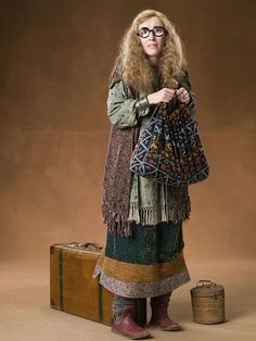 """Emma Thompson as Professor Sibyll Trelawney from """"Harry Potter and the Order of the Phoenix"""" Mundo Harry Potter, Theme Harry Potter, Harry Potter Outfits, Harry Potter Birthday, Harry Potter Cast, Harry Potter Fandom, Harry Potter World, Harry Potter Characters, Harry Potter Costumes"""