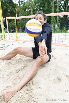 """Voller Körpereinsatz beim #socialday: Unsere Scouties testen die neue Sportart """"Beachvolleyball im Sitzen"""" und kommen ganz schön ins Schwitzen. #scout24 #scout24social"""