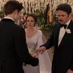 Twilight Breaking dawn part 1 - Wedding Twilight Breaking Dawn, Twilight New Moon, Twilight Movie, Twilight Saga, Bella Cullen, Edward Bella, Edward Cullen, Charlie Swan, Billy Burke