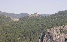 La ruta PR-CV-133 Parque Romeral - Castillo de Barxell, desde el Parque del Romeral tomamos el sendero de Els Llençols para ascender al paraje de El Preventori, el itinerario desciende y atraviesa la urbanización El Sergent hasta llegar a la partida de Barxell, donde tras un breve paseo llegaremos al final del itinerario: el Castillo de Barxell. #Alcoy #Alcoi #RutasVerdes