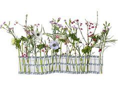 こちらは花器をまっすぐに伸ばして、いろいろな種類のお花を生けています。 深く考えなくても、無造作に花を差しただけで様になるのが四月の花器のすごいところ! 水の交換も中央に寄せ集めて一気に入れ替えられます。