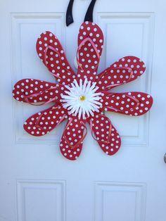 Cute flip flop wreath measures in diameter Dyi Crafts, Wreath Crafts, Diy Wreath, Mesh Wreaths, Holiday Wreaths, Crochet Crafts, Garden Crafts, Wreath Ideas, Flip Flop Art