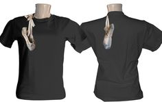 Camiseta estampada uma sapatilha pendurada nos ombros da camiseta, a imagem é aplicada frente e costas da camiseta.