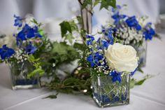 feste feiern Tegernsee, Hochzeit, Osterseen, Iffeldorf, weiß-blau, Blumendekoration am Tisch, weiße Rosen