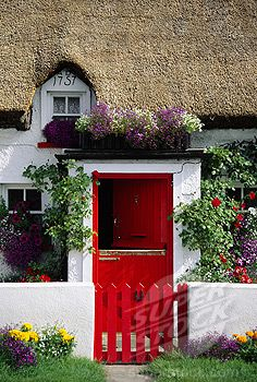 Ireland, County Waterford, General, Thatched Cottage with red door and gate  © Travel Library Limited / SuperStock