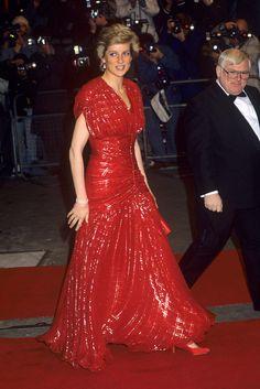 Принцесса Диана в блестящем во всех смыслах наряде своего любимого бренда Catherine Walker, 1989 год