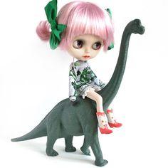 """Pinky always has a bad attitude... #crabcake #blythe #blythedoll #dinosaurrider"""