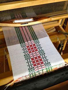Monk's Belt Holiday Runner woven by on Weavolution Weaving Designs, Weaving Projects, Weaving Patterns, Textile Patterns, Knitting Designs, Weaving Textiles, Weaving Art, Loom Weaving, Hand Weaving