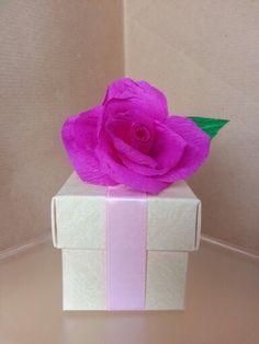 Bomboniera con rosa un carta crespa...