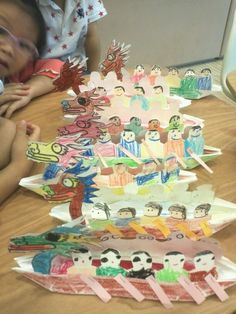 Looking for dragon boat festival ideas? Make a colourful dragon boat with rowers using crayons and paper. Kids Art Class, Art For Kids, Crafts For Kids, Dumpling Festival, Chinese Celebrations, Nursery Crafts, Boat Crafts, Thailand Art, Chinese Festival