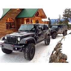 Log cabin with two Jeep Wranglers parked outside. Looks like heaven Suv Trucks, Jeep Truck, Hummer, Jeep Willis, My Dream Car, Dream Cars, Jeep Photos, Black Jeep, Bug Out Vehicle
