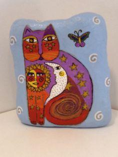 Mon chat peint lunatique rock est peint avec des peintures acryliques puis pulvérisé avec un scellant clair. Mesure... 5 W x 6 H x 2 « D