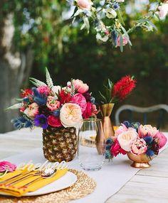 Amo decorações tropicais e coloridas para casamentos durante o dia! As vezes é mais simples inovar do que pensamos! - Love tropical and colourful decor for outdoor weddings! So inspiring! {: @sugarandcloth} #berriesandlove #weddingday #weddingidea #tropical #casamentodedia
