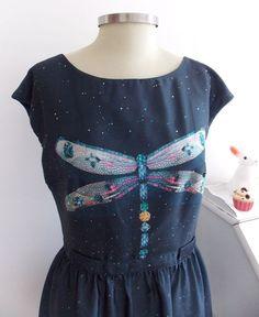Lindo vestido azul com libélulas!!! Antix, tamanho P.Medidas:88 cm de busto70 cm de cintura alta83 cm de comprimento