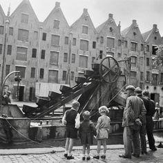 Amsterdam. Een baggermolen in het Entrepotdok terwijl publiek toekijkt 18 juni 1946.