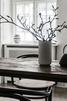Lyngby vase - old table white, brown, black . Vase With Branches, Open Plan Apartment, Dining Room Table Decor, Wood Table, Beautiful Bouquet Of Flowers, Scandinavian Interior Design, Scandinavian Living, Exposed Beams, Polished Concrete