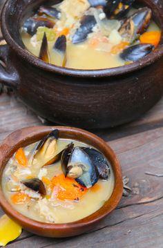 La clave para un buen caldillo de congrio está en dejar que los ingredientes se cocinen durante harto rato, para que el caldo absorban todos los sabores. Si no encuentran cabezas de congrio, igual …