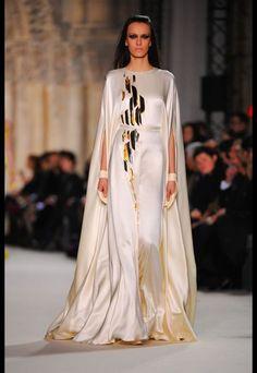 Inspiration. Robe en soir blanche avec motifs. Haute couture.