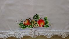 Pano de prato pintado a mão livre e acabamento em croche com linha de algodão. <br> <br>Frete por conta do cliente.