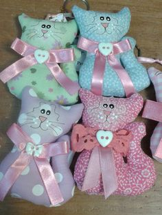 Chaveiros gatinhos de tecido.