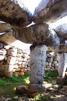 MEGALÍTICO: Se refiere principalmente a monumentos antiguos construidos con piedras de grandes dimensiones sin ningún trabajo de labrado y levantados mediante el enclavamiento sin mortero ni cemento. Imagen: Torre d'en Galmés  Menorca  Spain