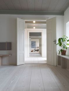 Dinesen Country Home was restored by architect Jørgen Overby in The home has Douglas fir floors throughout and other solutions with wood. Style At Home, Country Style Homes, Thatched House, Home Fashion, House Rooms, Country Decor, Interior Design Inspiration, Interior And Exterior, House Ideas