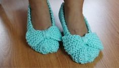 I came across a simple and easy to make slipper model. In the video, the slipper is knitted in the garter stitch (all rows upside down) but you can use n … - Diy Bags Purses, Mommy Workout, Clothes Crafts, Bikini Workout, Garter Stitch, Knit Or Crochet, Toddler Crafts, We Wear, Beautiful Crochet