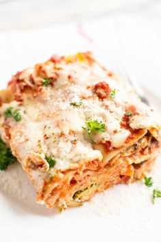 Who says lasagna has to take a ton of time and effort? Not this Slow Cooker Veggie Lasagna! Packed full of nutritious veggies and a super simple and delicious homemade pasta sauce, this lasagna will soon be your favorite. With the help of your slow cooker this easy recipe is perfect for your families next meal! #veggie #lasagna #veggielasagna #pasta #slowcooker #slowcookerlasagna