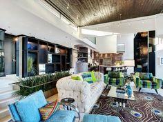 design de salon avec canapé capitonné et tapis à plumes de paon