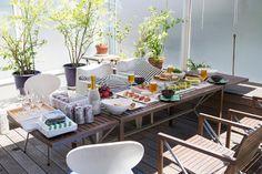 屋上で採れた野菜をふんだんに使った料理で、昼下がりのランチを楽しむ。1階のテラスのタープの下は涼しい風が抜ける。