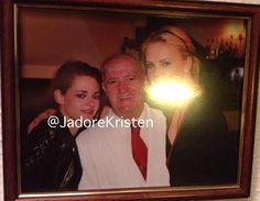 Kristen Stewart aparece ao lado de um senhor e da amiga Charlize Theron em uma nova foto antiga feita durante a divulgação de Branca de Neve e o Caçador em Madri