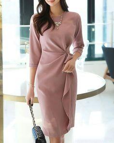 Women S Fashion Queen Street Mall Refferal: Expensive Women S Fashion Info: 5664035089 Look Fashion, Hijab Fashion, Fashion Dresses, Fashion Rings, Simple Dresses, Beautiful Dresses, Formal Dresses, Womens Dress Suits, Pink Midi Dress