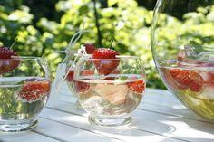 Bowlegläser mit frischen Früchten. Strawberry, Fruit, Food, Essen, Strawberry Fruit, Meals, Strawberries, Yemek, Eten