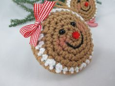 Crochet Christmas Cozy, Crochet Santa Hat, Crochet Christmas Decorations, Diy Christmas Ornaments, Crochet Ornaments, Christmas Ideas, Gingerbread Ornaments, Gingerbread Man, Crochet Wolf