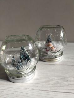 Barattoli da conserva si trasformano in palle di vetro con la neve per il terzo martedì di Natale al Verde. #sharenatalealverde Silent Night, Topiary, Xmas, Christmas, Snow Globes, Diy Crafts, Home Decor, Santa, Green