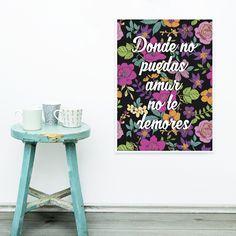 De fundo preto e estampa floral, esse pôster tráz a celebre frase de Frida Kahlo em tipografia cursiva, dando ainda mais feminilidade a arte.