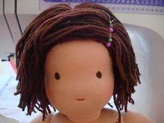 Cabelos de bonecas de pano podem ficar muito bons usando materiais simples como linhas de lã.   Veja essa dica que encontrei AQUI      ...